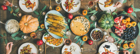 Refeição vegetariana, com abóbora, milho e frutas.